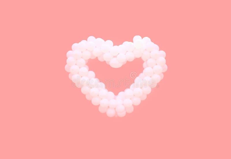 在桃红色背景隔绝的心脏形状的白色气球 爱,华伦泰` s天,关系概念 免版税库存照片