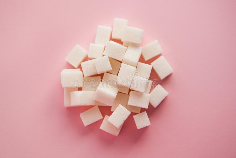 在桃红色背景,食品成分的白糖 库存图片