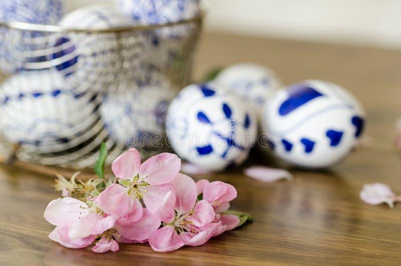 在桃红色花后的复活节彩蛋, 免版税库存图片