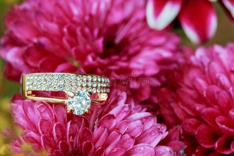 在桃红色花花束的结婚戒指  库存图片