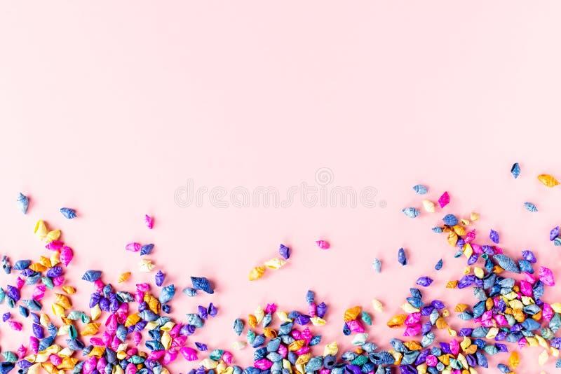 在桃红色,顶视图,拷贝空间的多彩多姿的贝壳背景 E 图库摄影