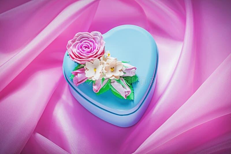 在桃红色织品背景假日概念的蓝色金属礼物盒 免版税图库摄影