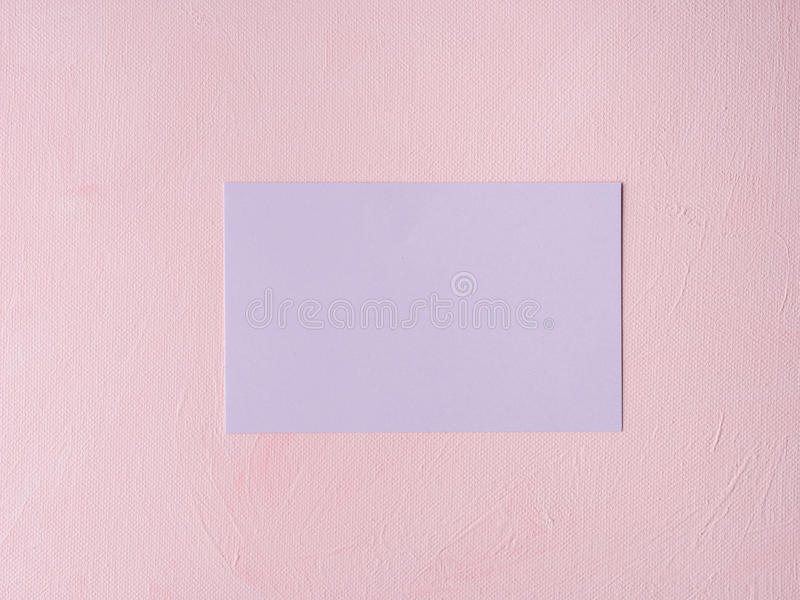 在桃红色织地不很细背景的紫色淡色卡片 库存照片