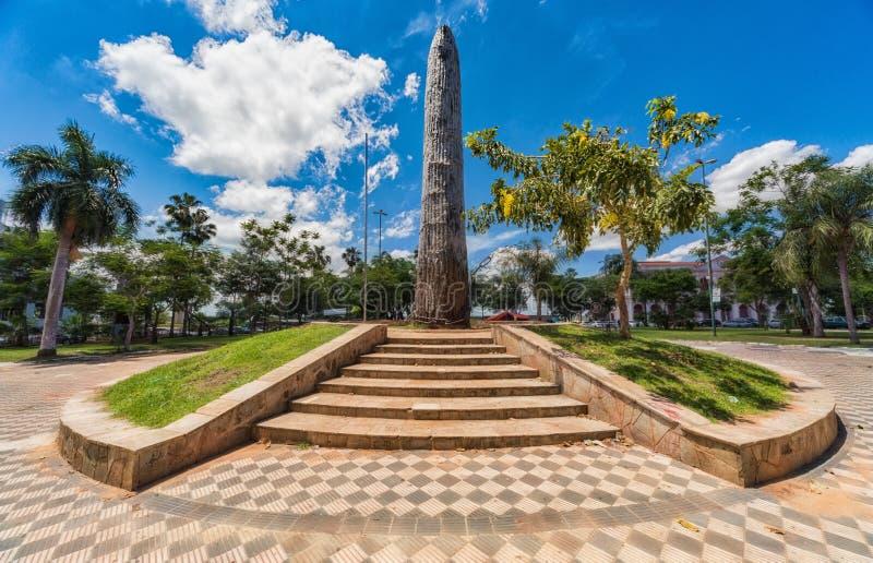在桃红色Cabildo前面的方尖碑,全国代表大会博物馆在亚松森,巴拉圭 图库摄影