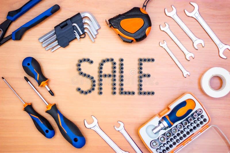 在框架的题字销售由建筑工具制成在木背景 库存照片