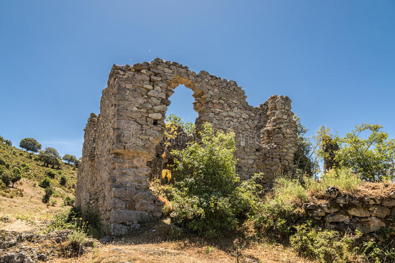 在案件诺韦被放弃的村庄的流浪汉废墟在可西嘉岛 库存照片