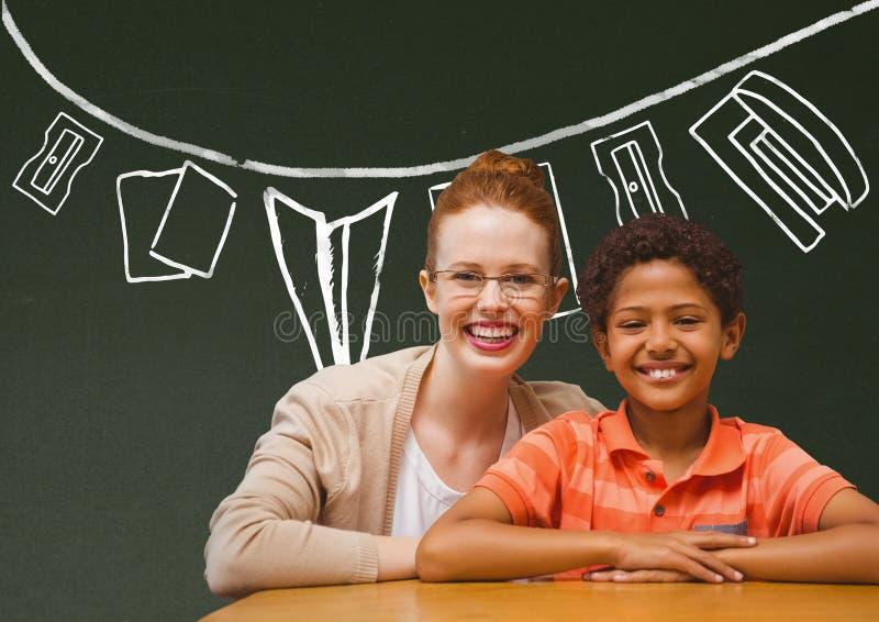 在桌上微笑反对绿色黑板的学生男孩和老师有学校和教育图表的 库存例证