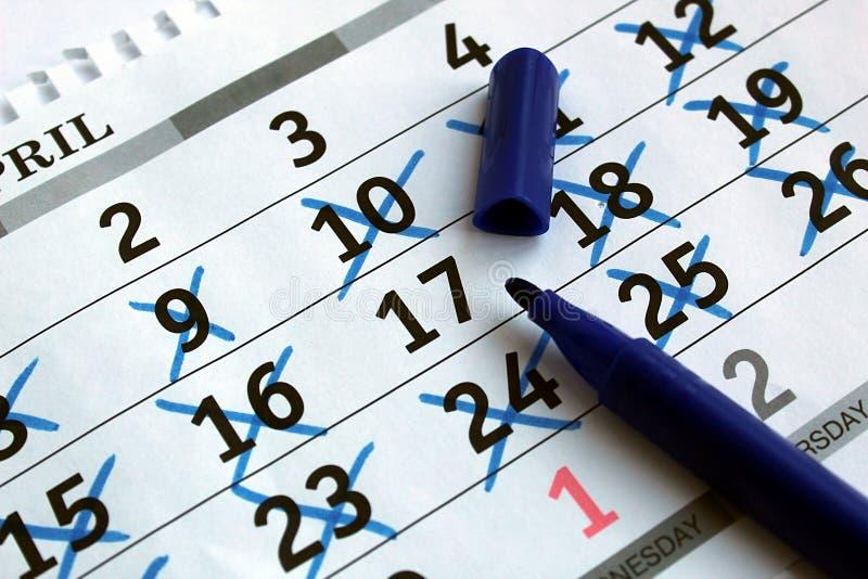 在桌上是日历板料与被标记的日期 库存照片