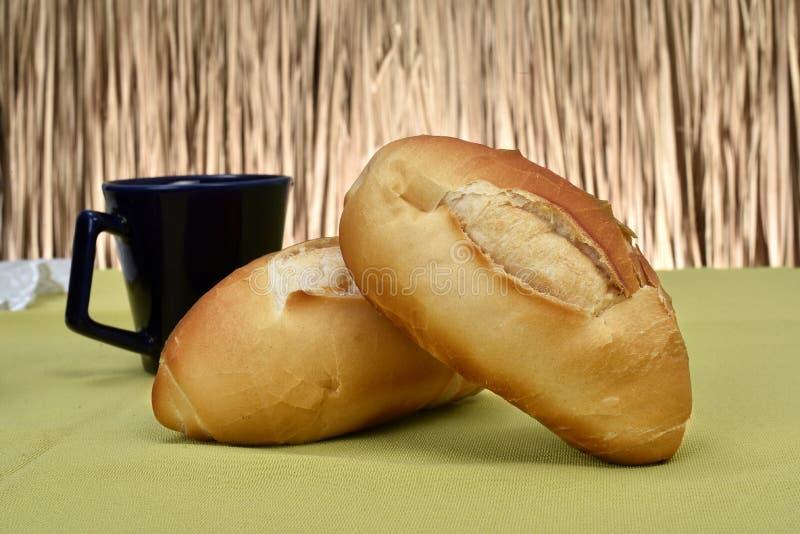 在桌上烤的法式面包 免版税库存照片
