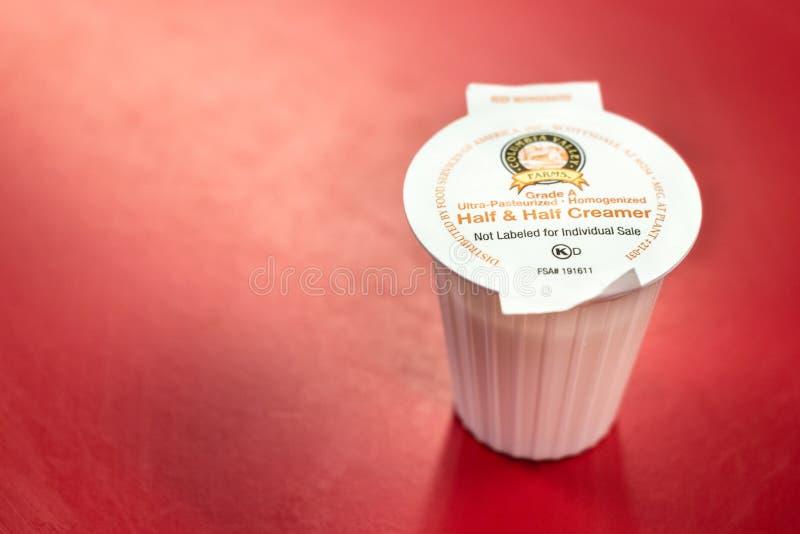 在桌上的一个参半盛奶油小壶 库存图片