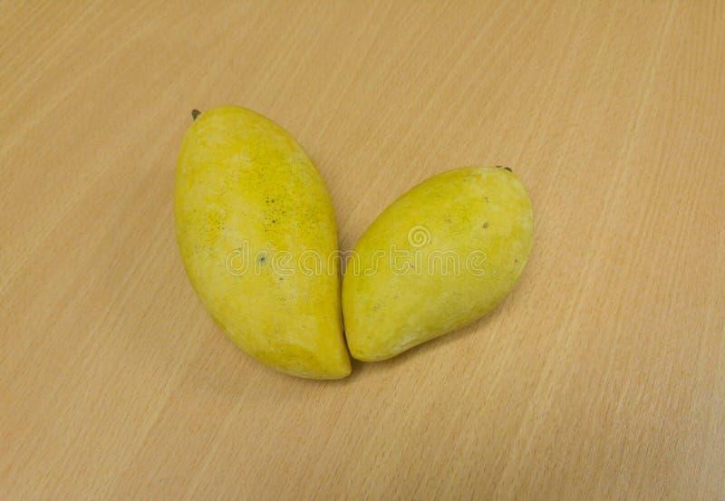 在桌上的两个芒果 库存照片