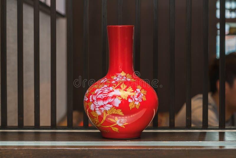 在桌上的中国传统花瓶 免版税库存照片