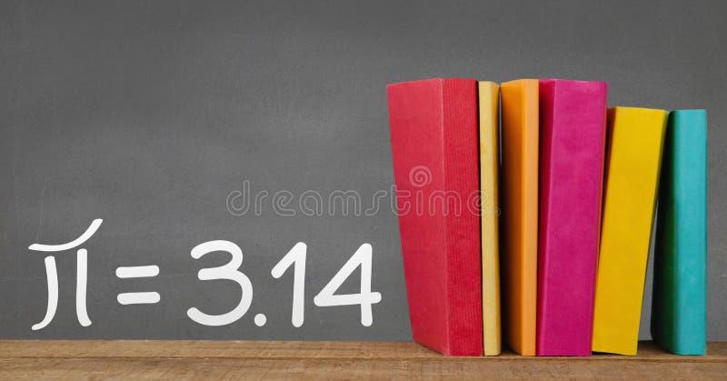 在桌上的书反对有教育和学校图表的灰色黑板 皇族释放例证