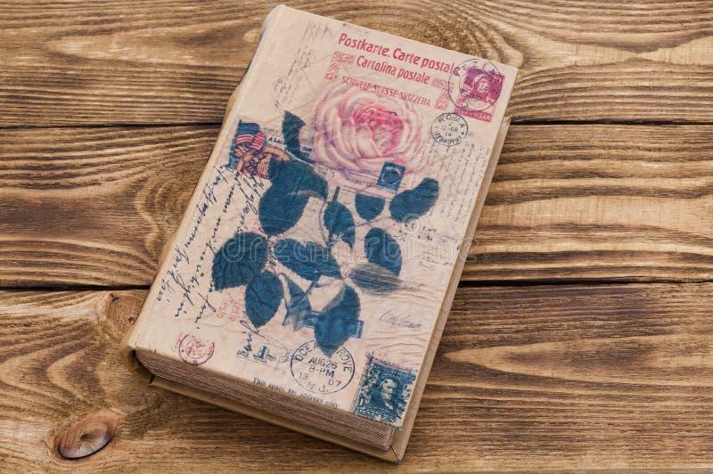 在桌上的书由黑暗的木头做成织地不很细板  免版税库存照片