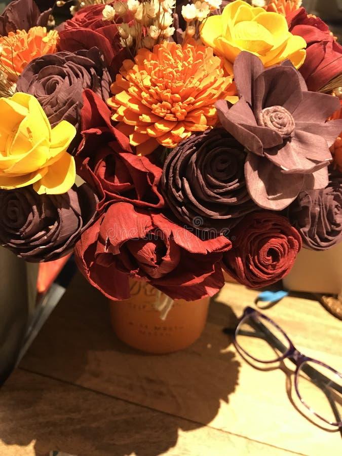 在桌上的五颜六色的花 库存照片