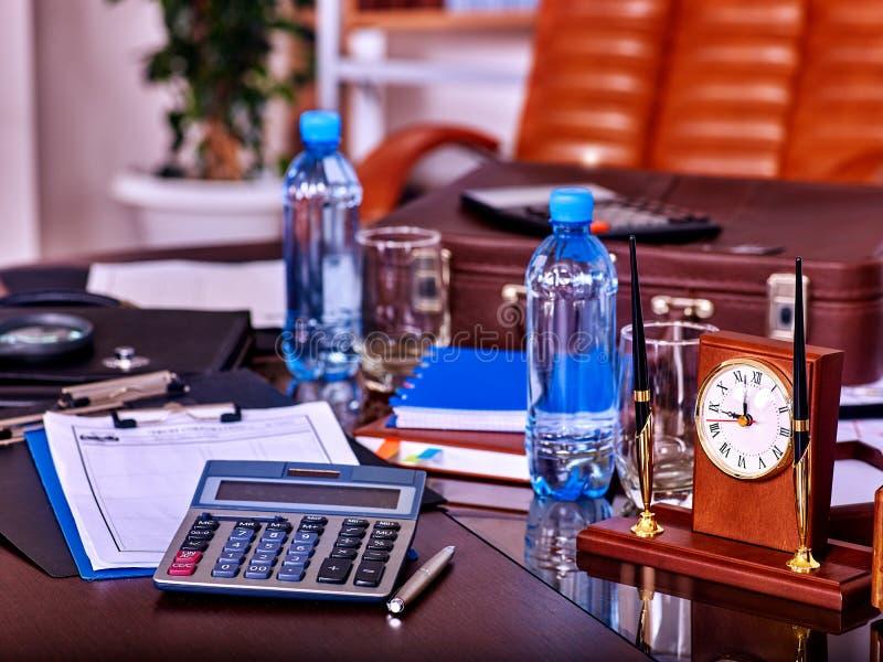 在桌上的企业静物画 免版税库存图片