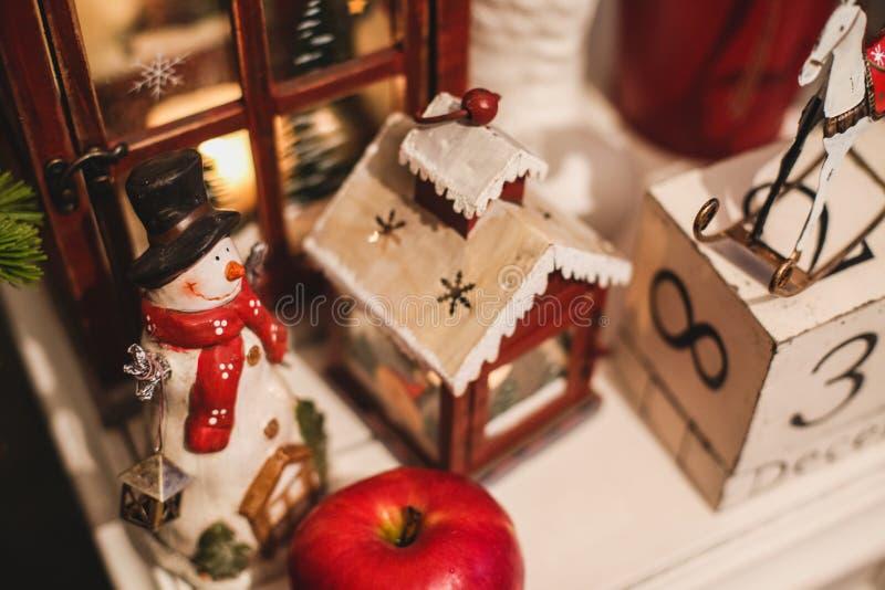 在桌上的内部圣诞节家装饰 12月31日 图库摄影