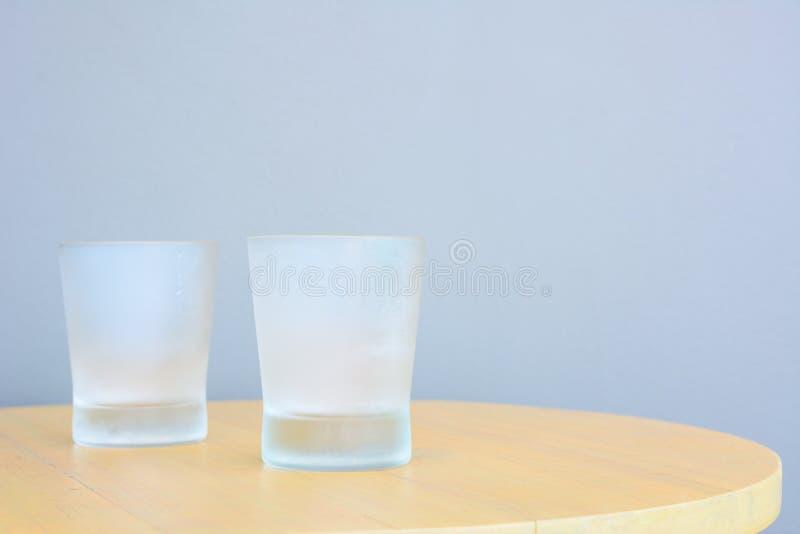 在桌上的凉快的玻璃 库存照片