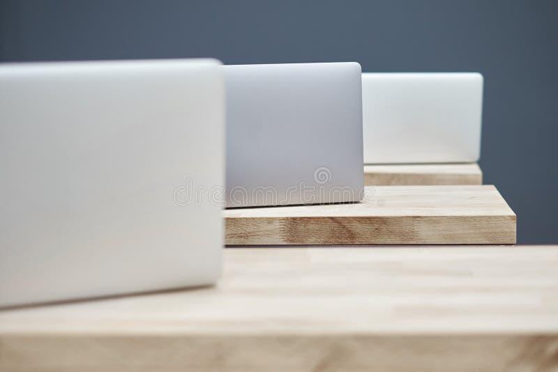 在桌上的几台膝上型计算机 免版税库存照片