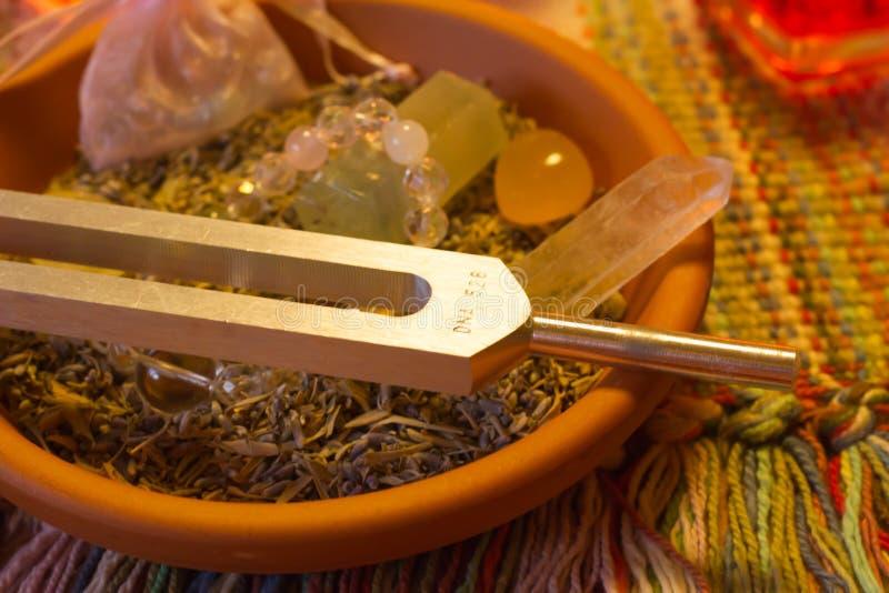在桌上的医治用的音叉和水晶石头 库存照片