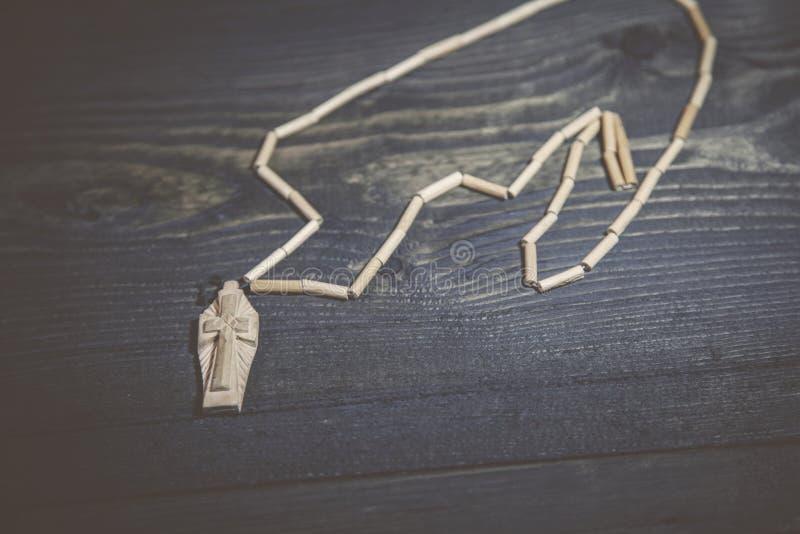 在桌上的十字架 库存照片