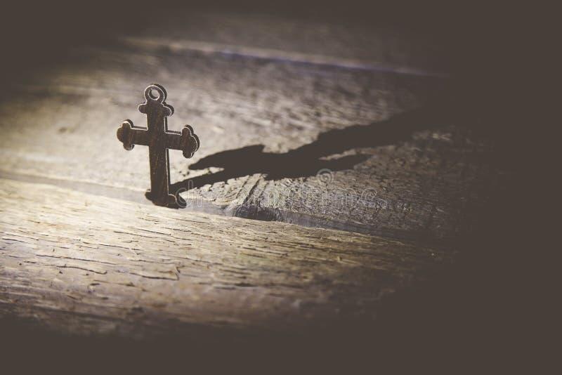在桌上的十字架 库存图片