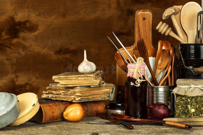 在桌上的厨房工具 厨师的器物 木老的匙子 库存照片