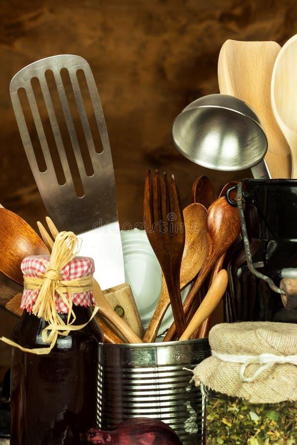 在桌上的厨房工具 厨师的器物 木老的匙子 库存图片
