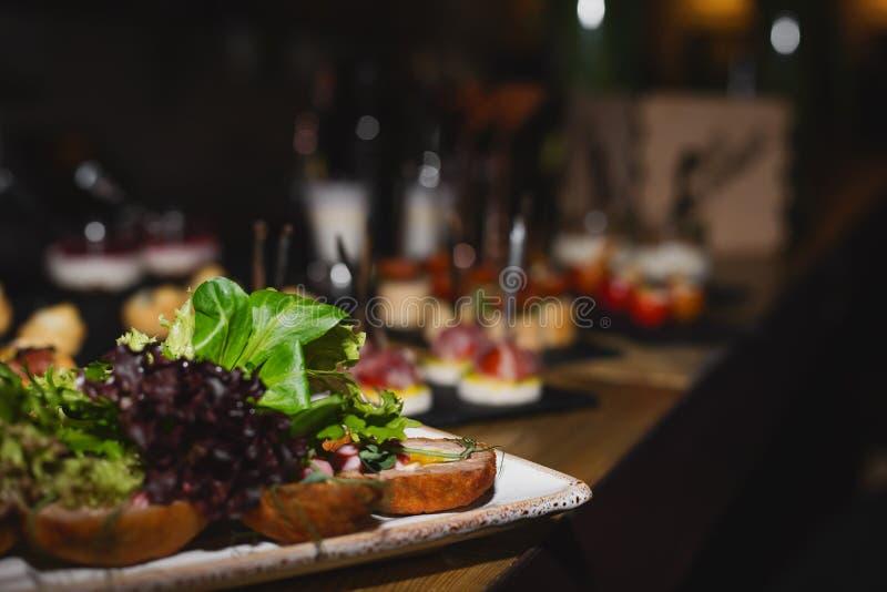 在桌上的可口开胃菜,自已服务 免版税库存照片