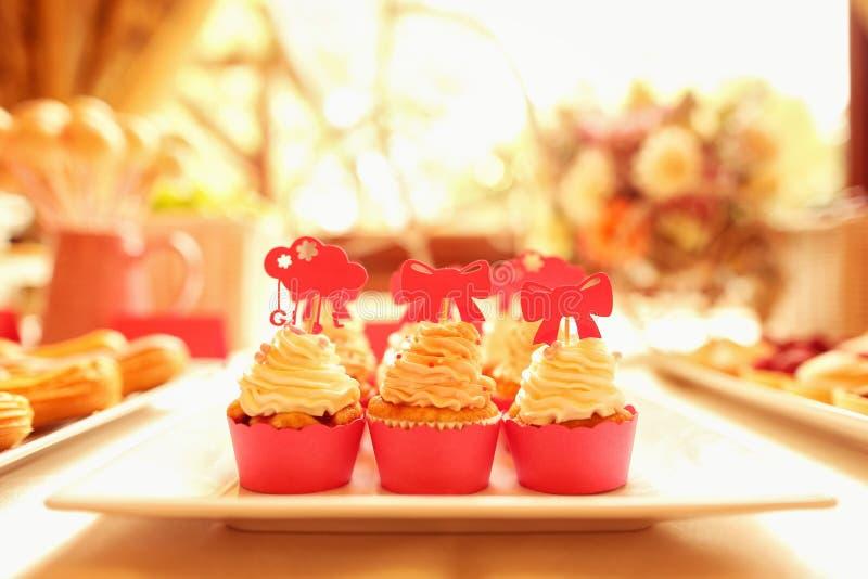 在桌上的可口杯形蛋糕 免版税库存照片