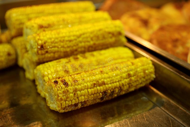 在桌上的可口烤玉米棒子 库存照片