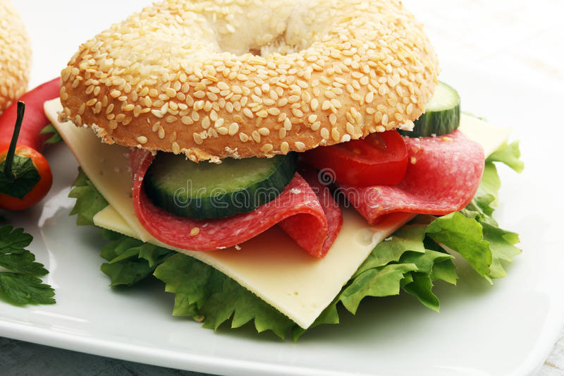 在桌上的可口百吉卷三明治 免版税库存照片
