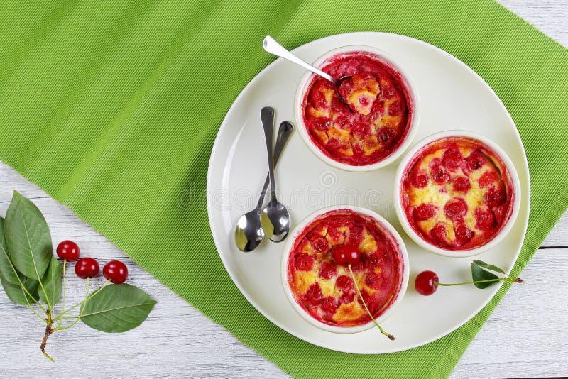 在桌上的可口酸樱桃clafoutis 免版税库存图片