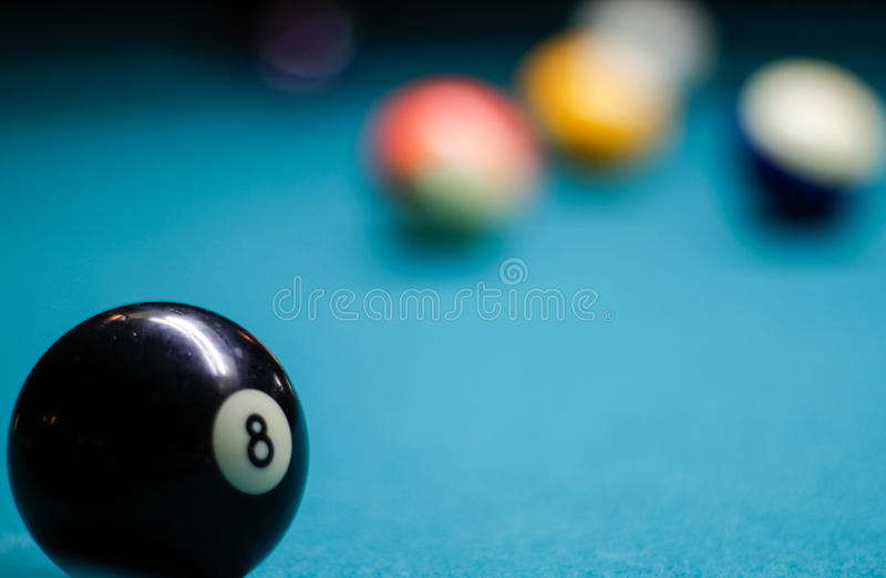 在桌上的台球塑料球 库存照片