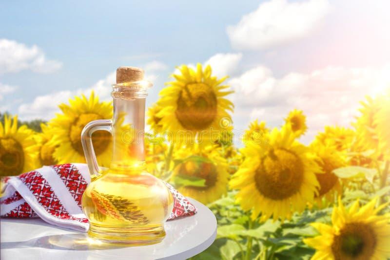 在桌上的向日葵油 免版税图库摄影