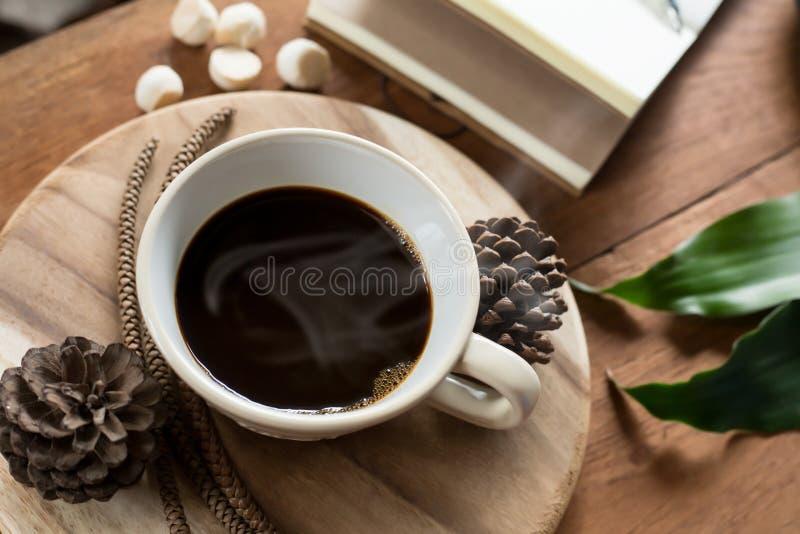 在桌上的咖啡和wodden 库存照片
