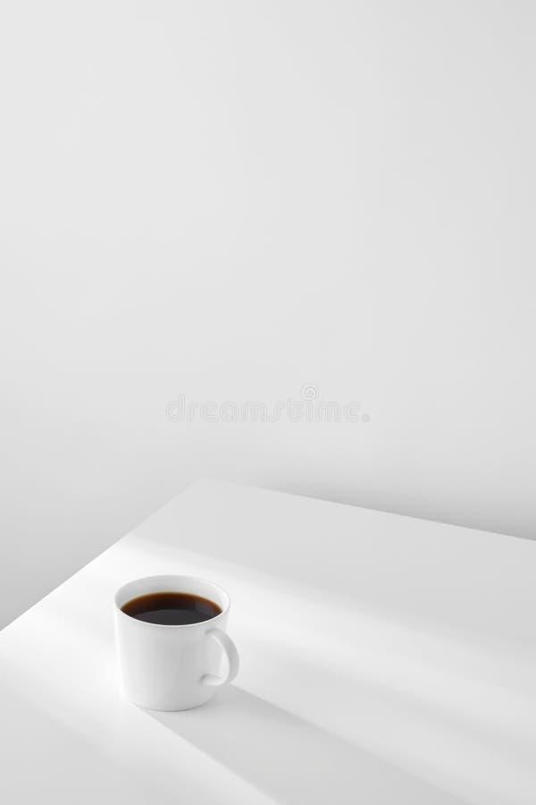 在桌上的咖啡杯 免版税库存照片