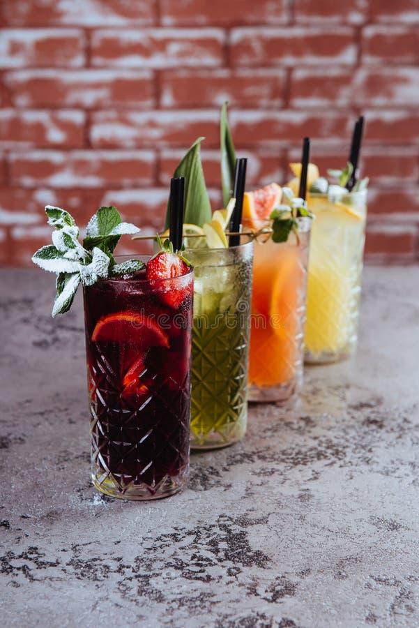 在桌上的四水果鸡尾酒 免版税库存图片