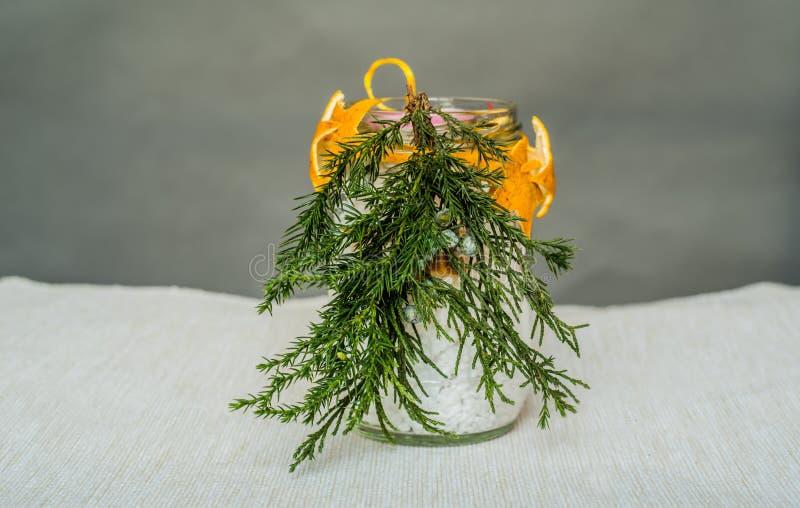 在桌上的圣诞节手工制造蜡烛工艺 库存图片