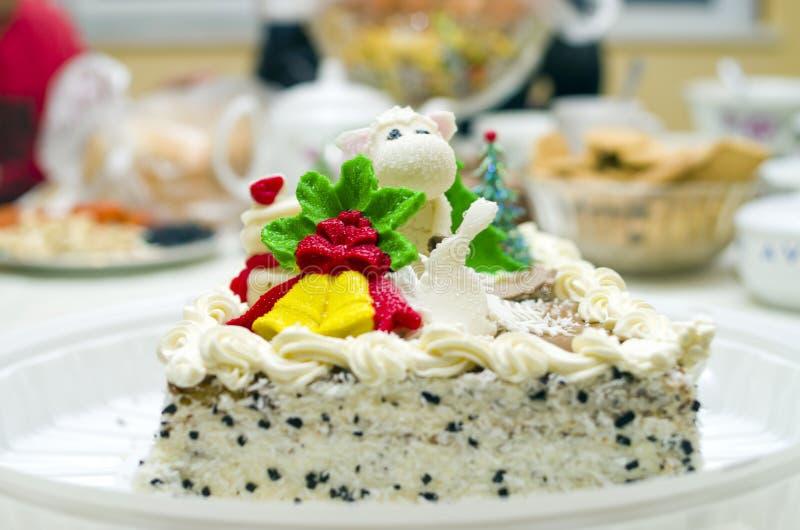 在桌上的圣诞节蛋糕 库存照片