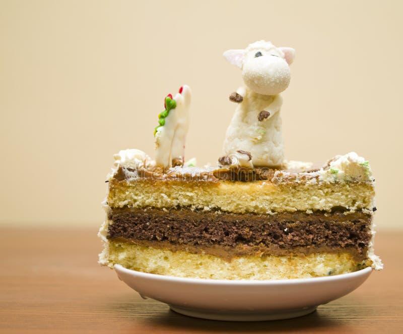 在桌上的圣诞节蛋糕 免版税库存照片
