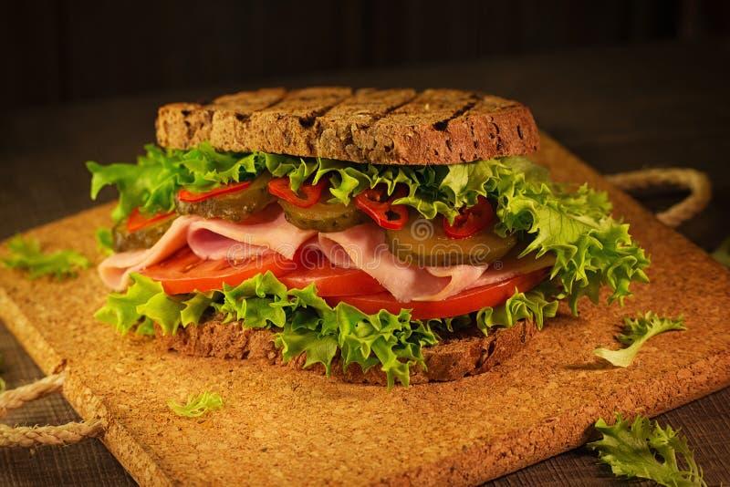Download 在桌上的多士三明治 库存图片. 图片 包括有 莴苣, 黄柏, 生活方式, 对象, browne, 食物, 背包 - 72368995