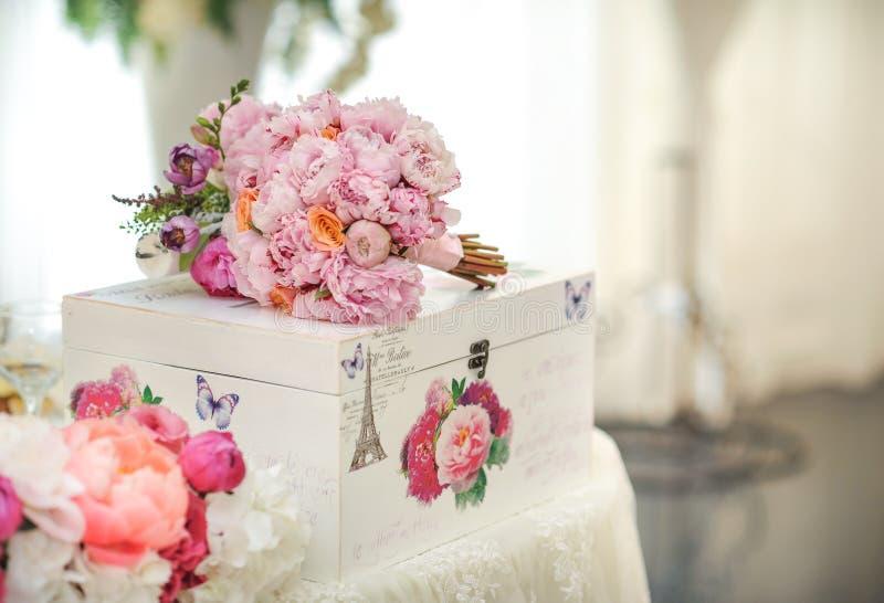 在桌上的婚礼装饰 植物布置和装饰 桃红色和白花的安排在事件的餐馆 库存照片