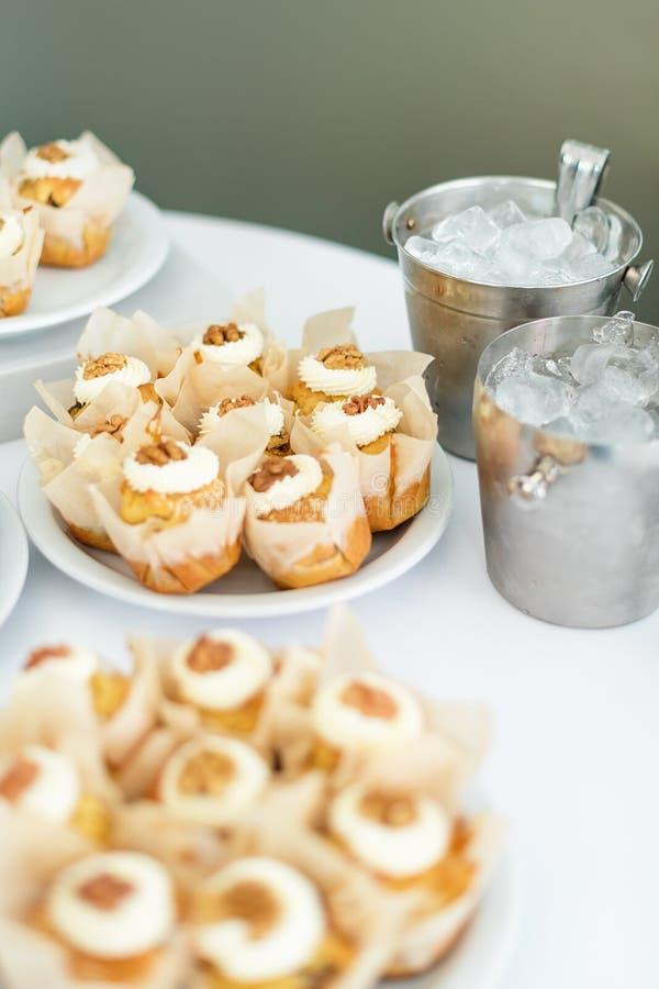 在桌上的婚宴喜饼 甜的点心 选择聚焦 库存图片
