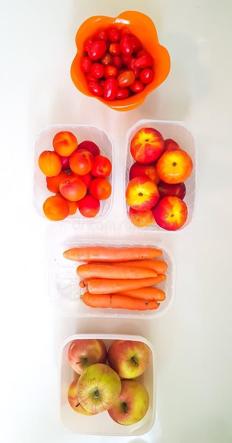 在桌上的完善的果子 免版税库存图片