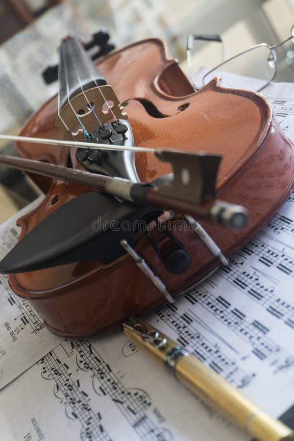 在桌上的小提琴 免版税库存图片