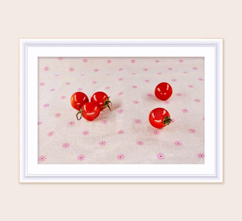 在桌上的小蕃茄与框架作为绘画 库存图片