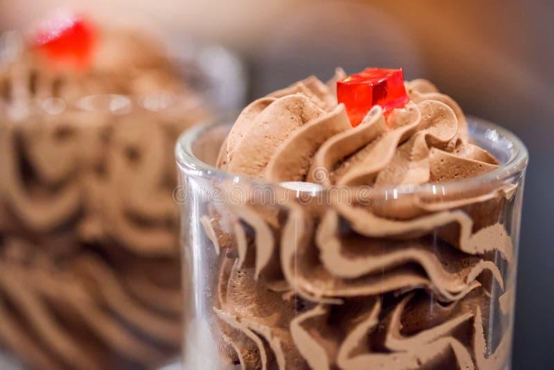 在桌上的巧克力沫丝淋 免版税图库摄影