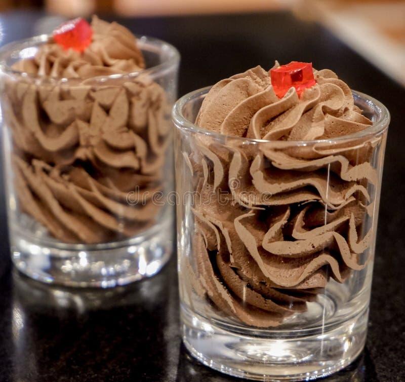 在桌上的巧克力沫丝淋 库存图片