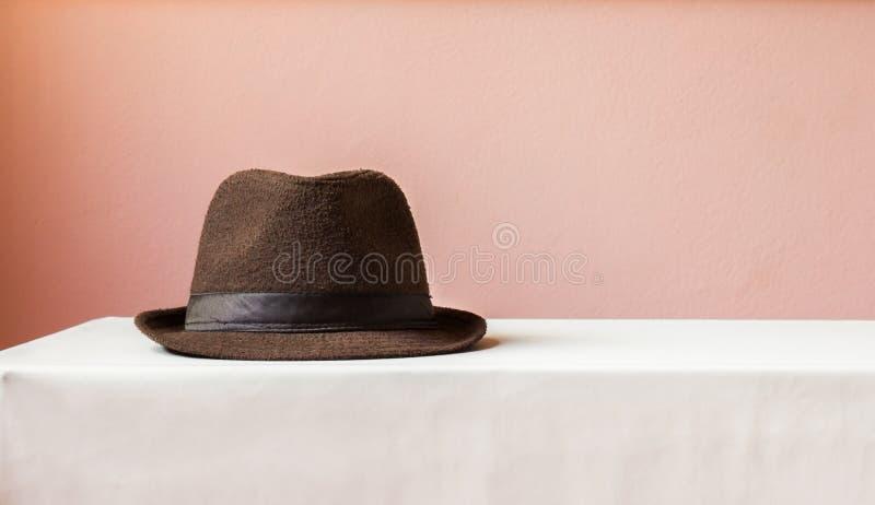 在桌上的布朗帽子 库存照片